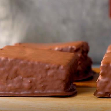 Bolo de cenoura banhado em chocolate